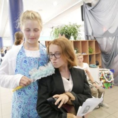 Theater- und Chor-AG bei Feier zur Namensgebung unserer Schule gut drauf